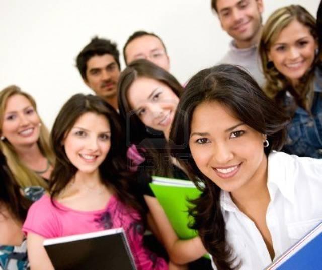 7687062-gruppo-di-studenti-universitari-sorridente-e-holding-notebooks